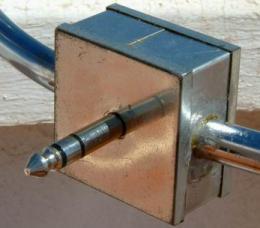 Detalle de la conexión mediante jack estéreo de audio.