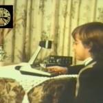 Un chico joven opera una estación de CB27