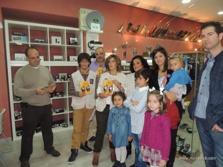 """Visita de miembros de """"Por una sonrisa"""" al Museo de la CB"""