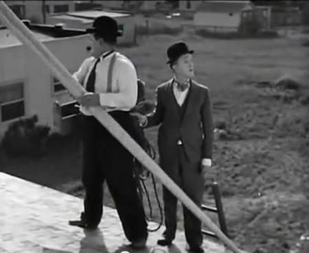 Radiomanía (1930), para tomar nota de lo que NO hay que hacer cuando se intenta montar una antena en el tejado.