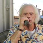 Doc Brown intenta aconsejar a distancia a su joven compañero de viaje en el tiempo Marty McFly (Regreso al Futuro II)