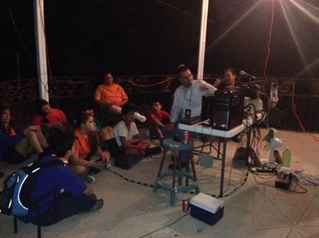 Los jóvenes son instruidos durante las 24 horas con los Oncemetristas de México (foto: Azteca Dxers)