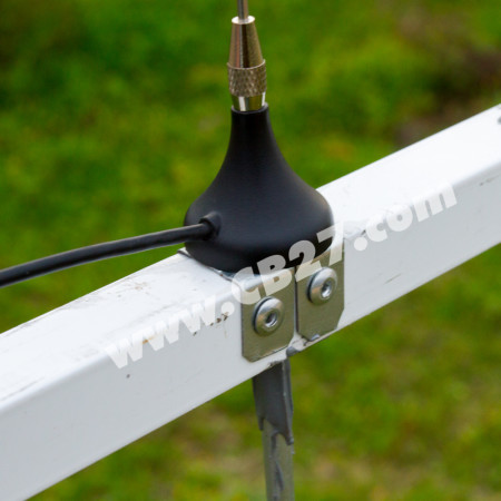 """Detalle del emplazamiento de la antena sobre base magnética enel """"boom"""" de la yagi."""